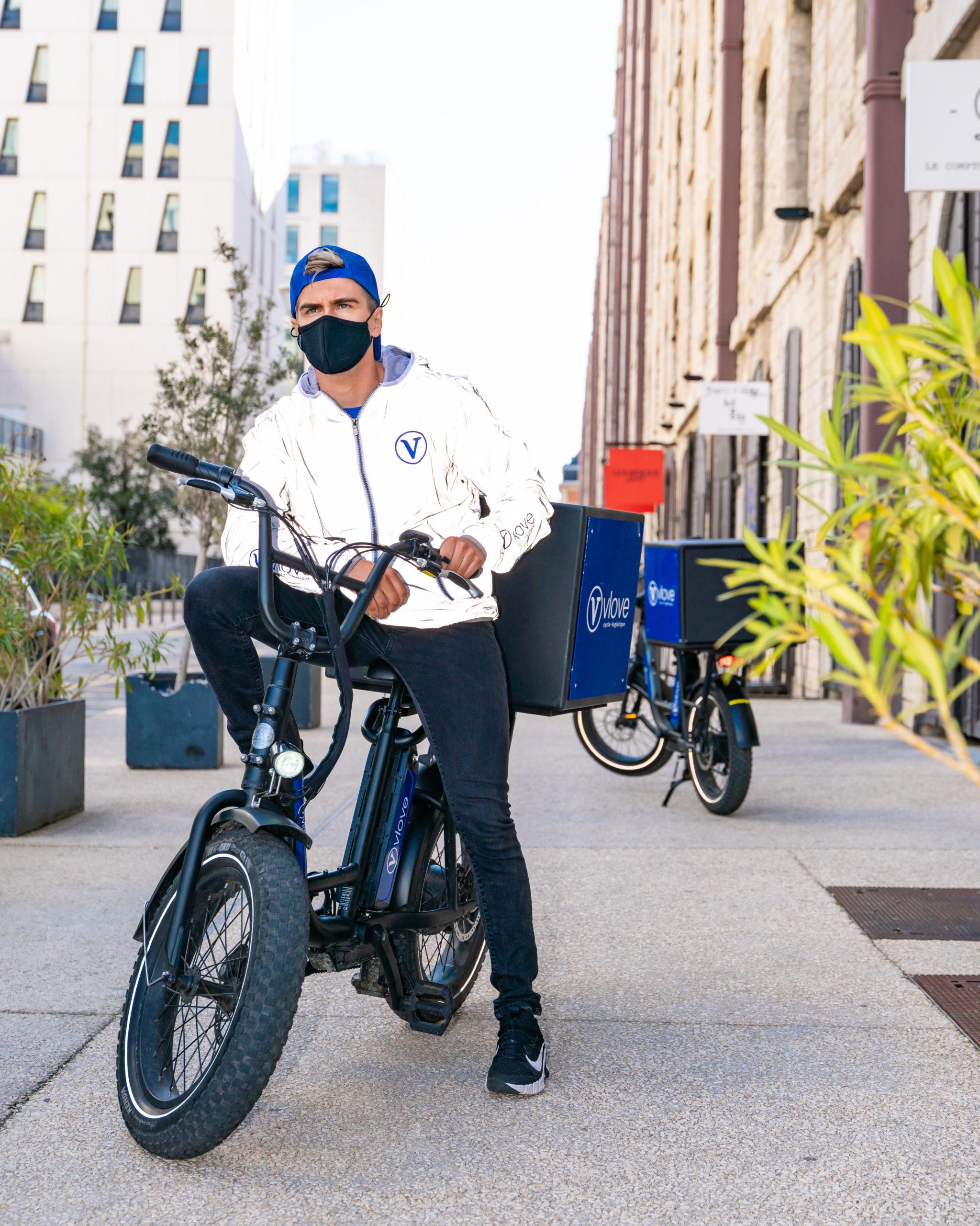 Livreur à vélo en ville
